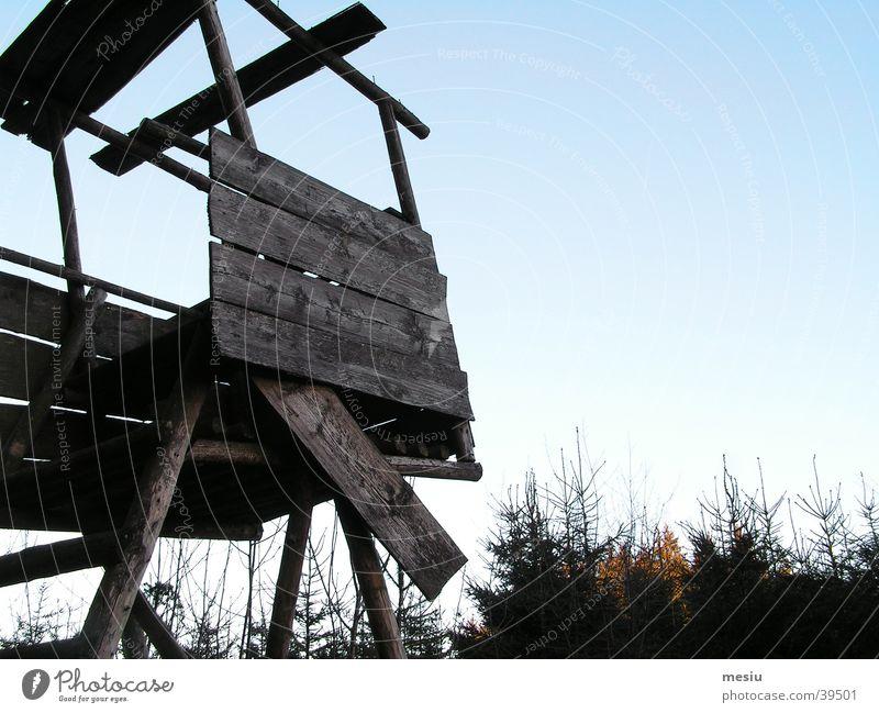 Hochsitz baufällig Wald Architektur Himmel blau Anschnitt