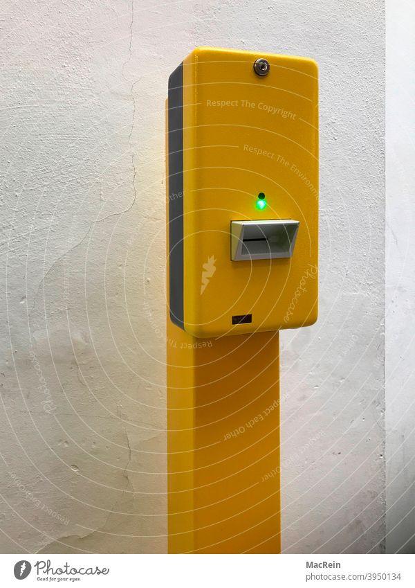 Ticket Validierung Stempelmaschine an einem Bahnhof Automat Bahnkarte Entwerterstempel Entwertungsgerät Farbaufnahme Fahrschein Fahrscheinentwerter Gelb