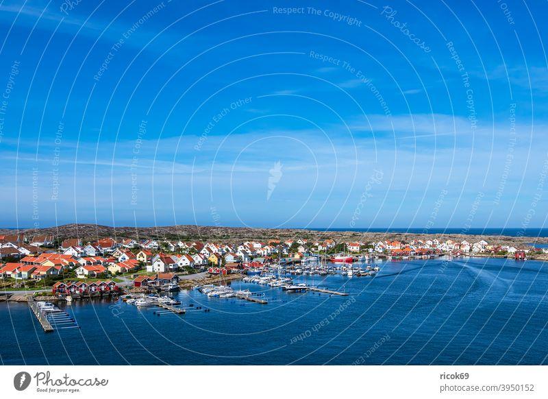 Blick auf den Ort Smögen in Schweden Schären Schärengarten Sotenäs Meer Küste Nordsee Skagerrak Hafen Boot Schiff Motorboot Marina Segelboot Segelschiff