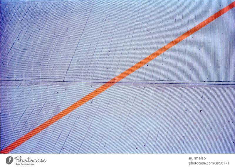 Querhindurch Strich kennzeichen sperre beton markierung orange quer diagonale grau symbol verbot warnung Abstrackt kunster form moment geteilt hälften dreieck