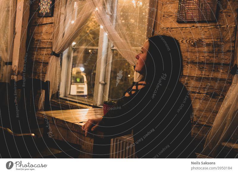 Warten auf ein Bier Pub Café Straßencafé Gastronomie Tisch Restaurant Frau Klient Kunde Stuhl schön Möbel im Innenbereich allein Kneipentisch eine Person