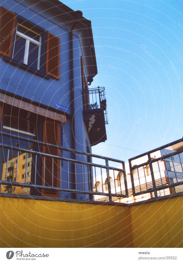 Sommer in der Stadt Haus gelb Reflexion & Spiegelung Architektur Unterführung blau Geländer