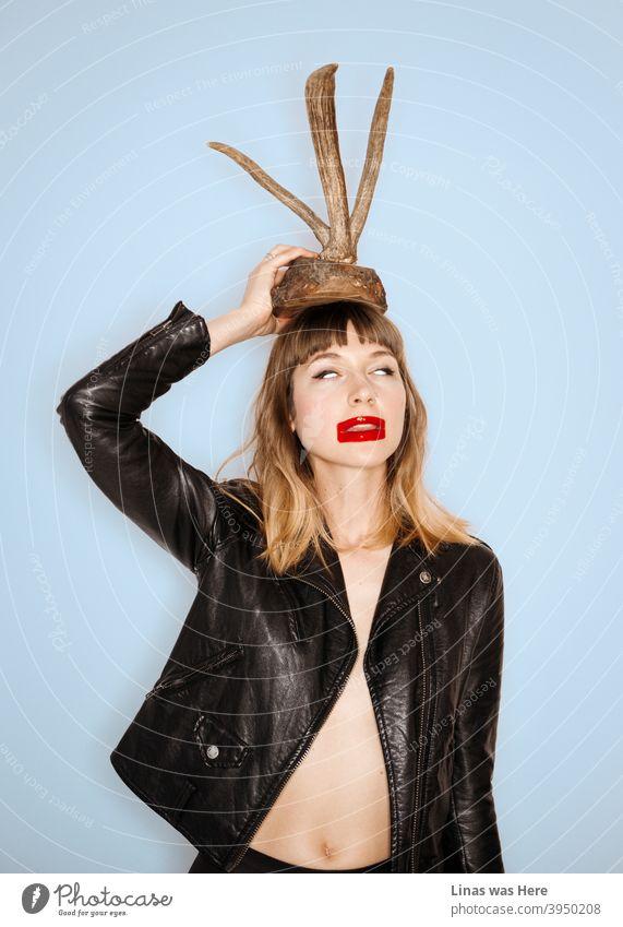 Wildes Mädchen im Studio ist immer geil. Sie ist buchstäblich hält Hörner über ihrem Kopf. Das brünette Modell hat nichts unter einer schwarzen Lederjacke. Einige expressionistische Make-up wird auch verwendet.