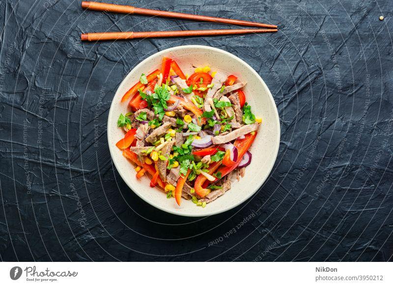 Asiatischer Salat mit Gemüse und Fleisch Salatbeilage Fleischsalat Zunge Suppengrün asiatischer Salat Paprika Rindfleisch Mais Asiatische Küche Stöcke