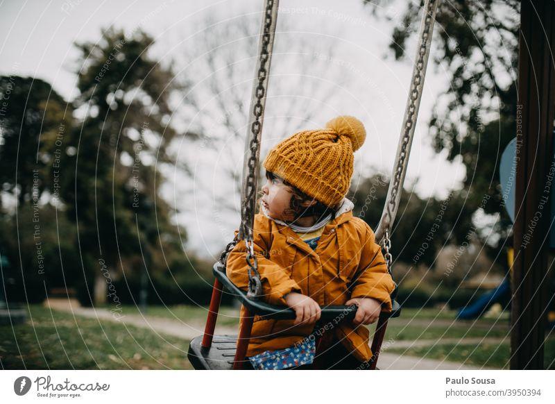 Kind spielt auf dem Spielplatz Sliden Park Spaß haben Spielen Freude Kindheit Außenaufnahme Freizeit & Hobby Kindergarten Farbfoto Kinderspiel Fröhlichkeit