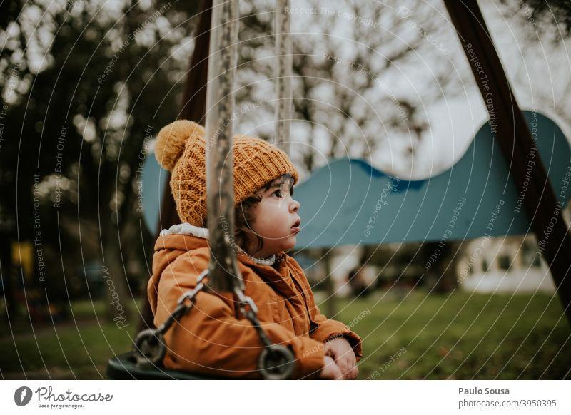 Kind spielt auf Spielplatz Sliden Kindheit Mädchen 1-3 Jahre Glück Freude Tag Mensch Farbfoto Außenaufnahme Spielen Kindergarten Kaukasier Fröhlichkeit