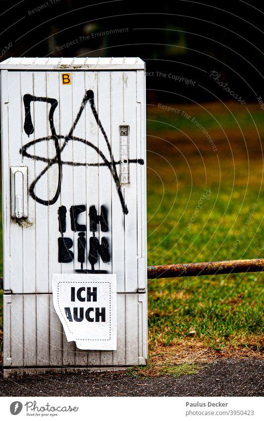 Grafitti und Aufkleber auf einem Verteilerkasten ja mich sein. selbstbewußt Selbstvertrauen positiv Graffiti Optimismus Lebensgefühl gut Glaube Wort Stärke