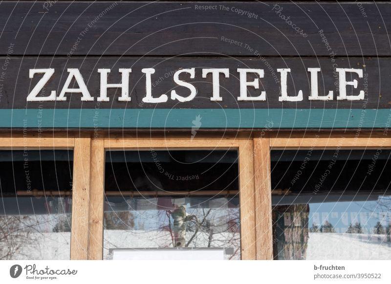Zahlstelle - Aufschrift auf Kassenhäuschen Kassenhaus bezahlen Schriftzeichen Schilder & Markierungen Buchstaben Wort Fassade Außenaufnahme Typographie Fenster