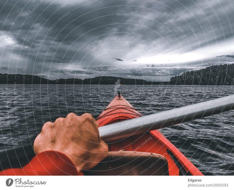 Mann Hand Kajakfahren in einem Fluss, stürmischen Tag Kajakfahrer Kajaks Abenteuer reisen Wasser Unwetter Wolken See rot Ferien & Urlaub & Reisen Kanu Kanutour