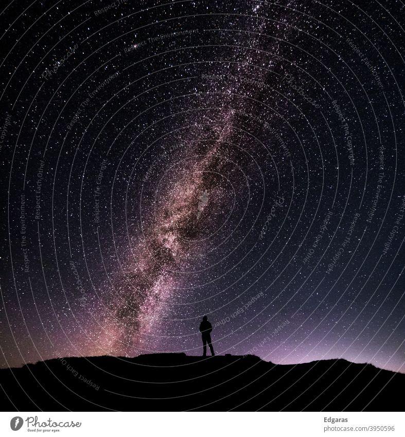Silhouette eines Mannes, der vor der Milchstraße in den Bergen der Dolomiten steht Mann Silhouette Stehen Milchstrasse Stern Himmel Sterne am Himmel Nacht
