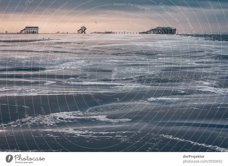 Sankt Peter-Ording bei Ebbe im Winter – *Bild 2.500* giftbude Pfahlbau Pfahlbauten Pfahlhaus Schönes Wetter Sonnenstrahlen Wolken Ausflug Strand wandern Küste