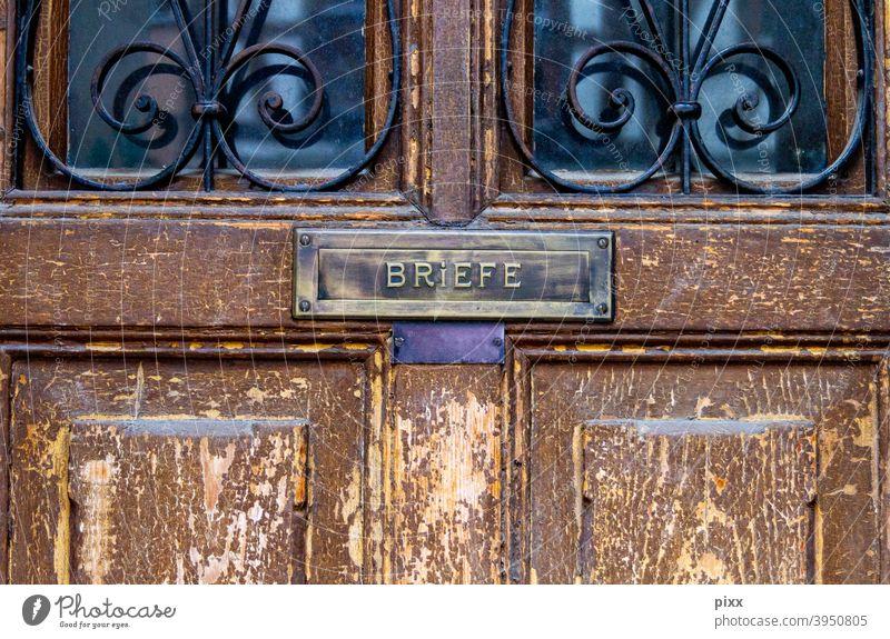 Noname Holz Tür geschlossen Türgriff Eingangstür Tor verschlossen Verschlossenheit rostig Farbe Renovieren streichen Tageslicht Sommer schräg Dreieck verwittert