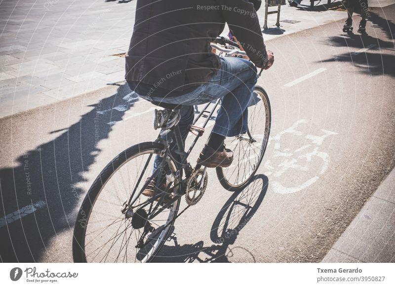 Radfahrer auf einem Radweg in einem maritimen Viertel Fahrradweg Sonne Schatten Asphalt Hintergrund Großstadt gesund Verkehr Weg Straße Symbol Park Pedal Fuß