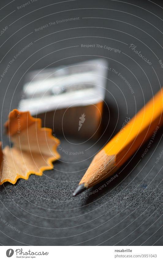 gezeichnet & gemalt | Bleistift mit Spitzer Bleisstiftspitzer Späne Bleistiftspäne Bildung Schule lernen Büroarbeit Arbeitsplatz Karriere Erfolg Kunst
