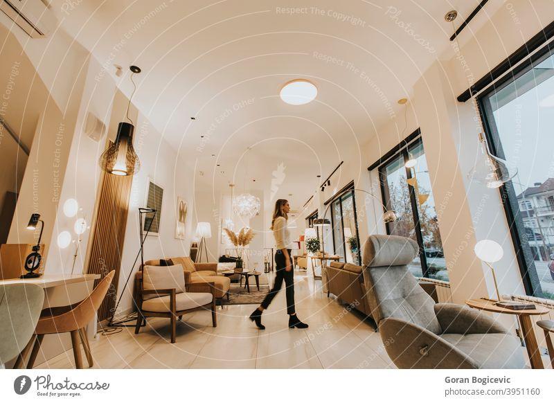 Junge Frau geht durch das Wohnzimmer lebend Raum heimwärts Haus Innenbereich jung im Innenbereich Person bequem hübsch Lifestyle Stock Kaukasier im Inneren