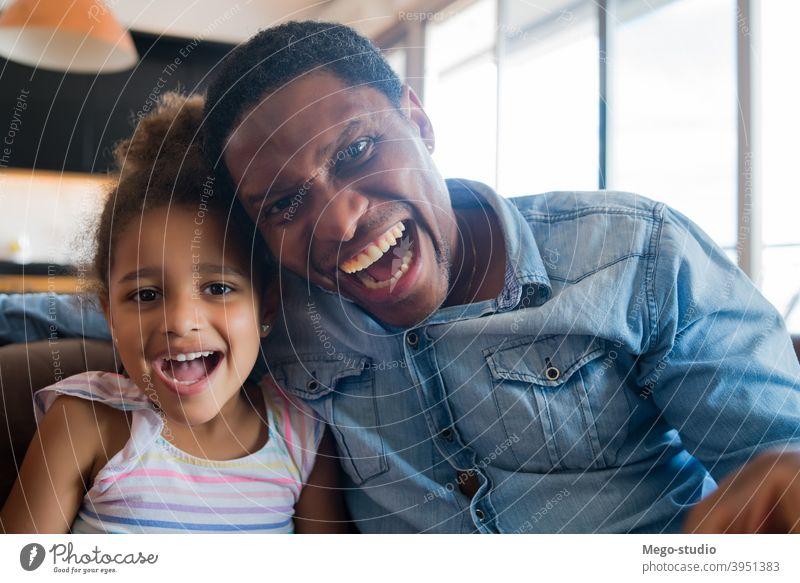 Tochter und Vater zu Hause. heimwärts monoparentiell Lifestyle Familie alleinerziehend im Innenbereich Aktivität Kindererziehung Partnerschaft Papi niedlich