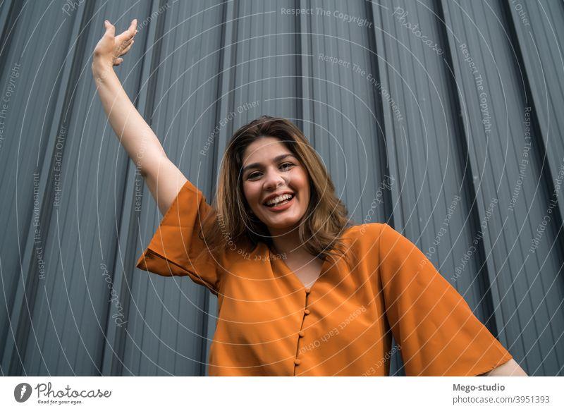 Porträt einer jungen Frau im Freien. Straße feiern stylisch zu feiern urban Lifestyle außerhalb Erwachsener Person lässig Menschen hübsch Glück Großstadt Frauen