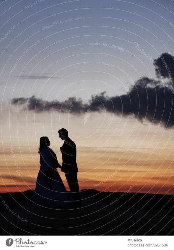 himmlisches vergnügen Paar 2 Natur Umwelt Hochzeit Zusammensein Romantik Verliebtheit Hand in Hand Glück Liebe Kleid Wolken Himmel Ehepaar Hochzeitspaar