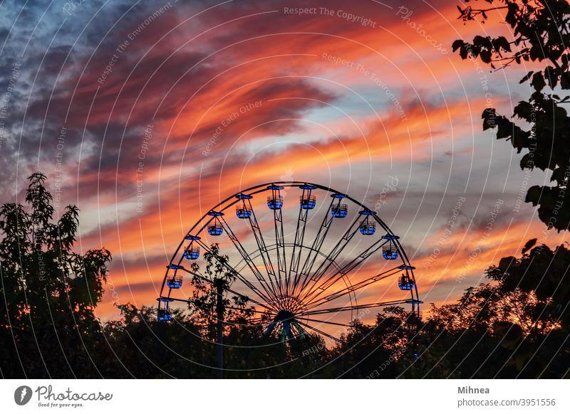 Riesenrad bei Sonnenuntergang im Tineretului Park, Bukarest Vergnügen Anziehungskraft Karneval Karussell kreisen Großstadt Wolken dramatischer Himmel
