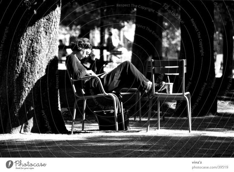 Lesen im Parc du Luxembourg Paris Park lesen Frau Frankreich Sonne Schatten