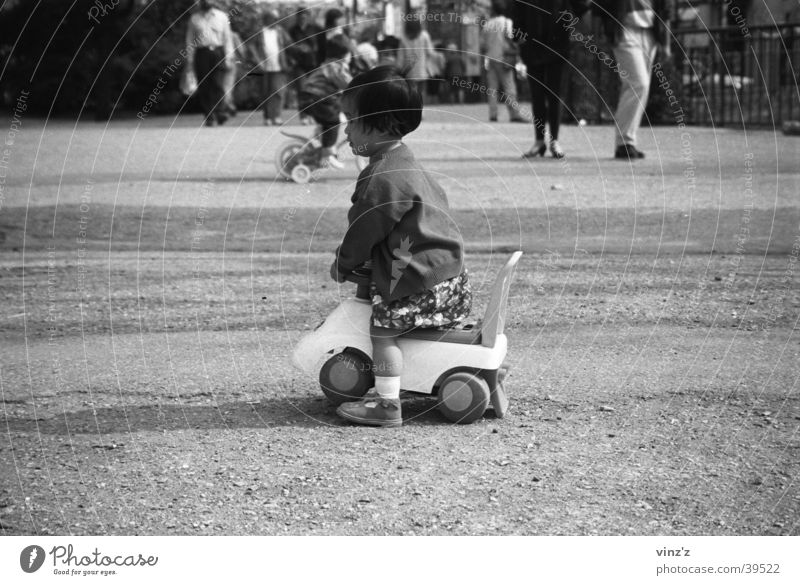 Kind im Parc du Luxembourg Mädchen Spielen Park warten Spielzeug Erwartung