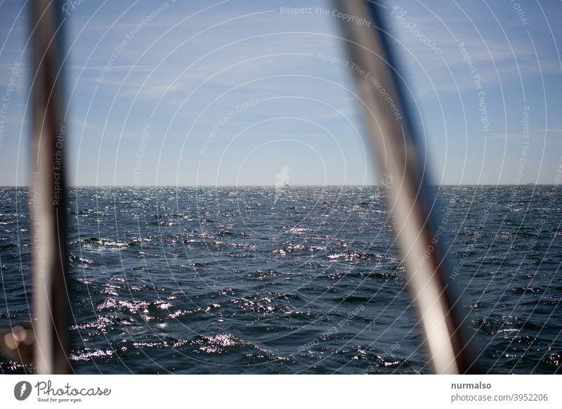 Blick hinaus Meer Ostsee segeln.horizont weite freiheit seefehrt urlaum törn seezaun reeling plncken sport regatta segelboot sommer wärme nackt sex wellen