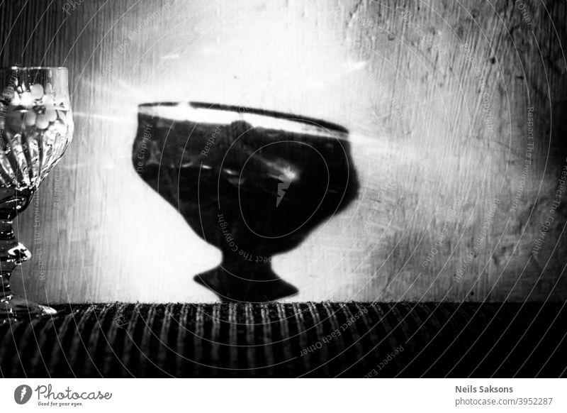 Krankheit in prächtiger Verpackung Alkohol Schatten Glas Alkoholsucht Leidenschaft Spirituosen Wein Schnaps rau Meinung Sucht trinken Getränk Alkoholisiert