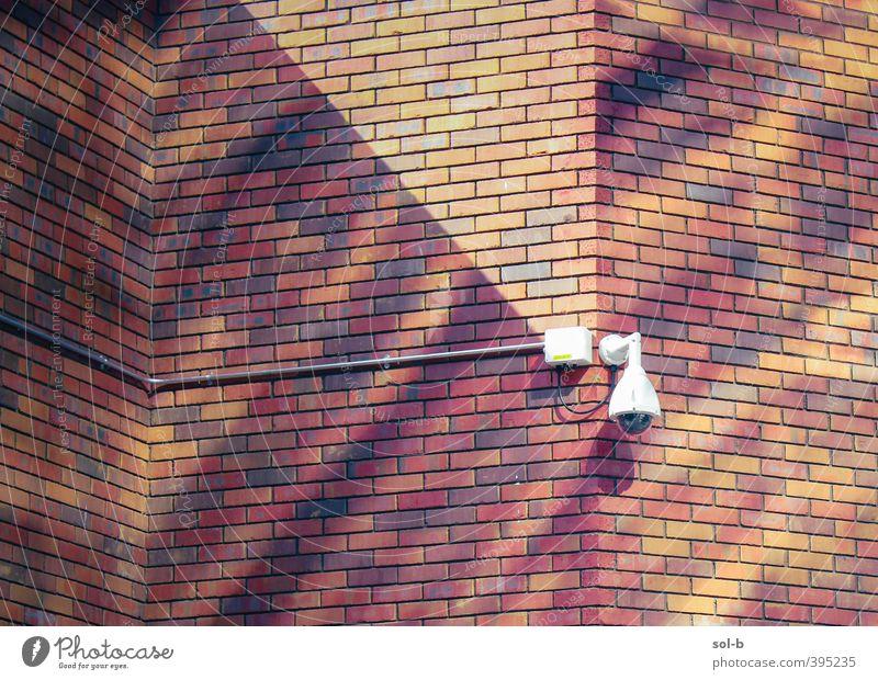 NCH | Mauerwerk Arbeit & Erwerbstätigkeit Arbeitsplatz Gebäude Architektur Wand Wachsamkeit Angst Überwachung Überwachungskamera Backstein Backsteinwand