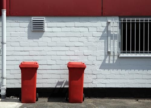 rot-weiß essen Umwelt Fenster Wand Mauer Gebäude Häusliches Leben Ordnung Sauberkeit ökologisch Umweltschutz Haushalt Gitter Hinterhof Recycling Müllbehälter