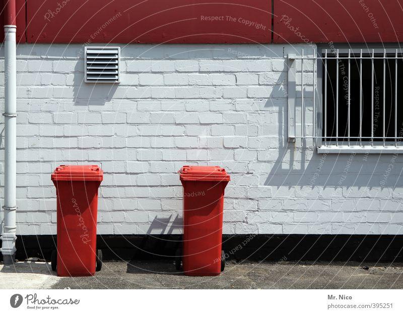rot-weiß essen Umwelt Gebäude Mauer Wand Fenster Müllbehälter Müllabfuhr Müllentsorgung Hinterhof Gitter 2 Lüftungsschacht Ordnung entsorgen wegwerfen Recycling