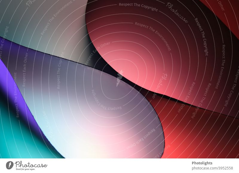 Geschwungene Formen in verschiedenen Farben geschwungen rot blau violett Papier rund Hintergrund Farbfoto Studioaufnahme Nahaufnahme mehrfarbig Muster
