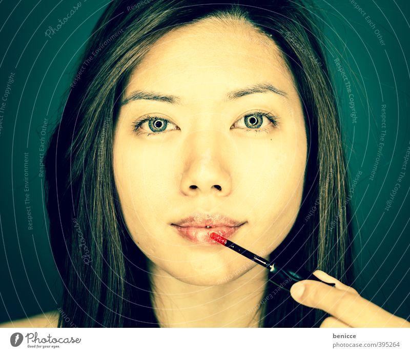 Lipgloss Frau Mensch Schminke Schminken Asiate Junge Frau attraktiv schön Blick in die Kamera Ringblitz Lifestyle Kosmetik eitel Porträt Erotik auftragen