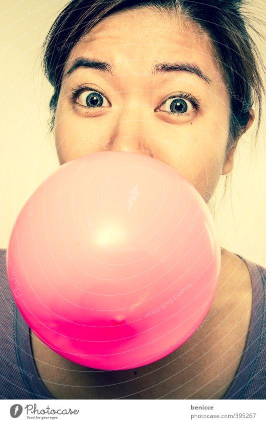 Blase platzen Mensch Frau Mädchen Freude Gesicht lustig rosa Luftballon rund Asien Ballone Humor Blase blasen Luftblase Asiate