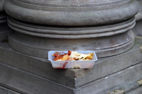 vergessene pommes rot-weiß fritten pommes frites ketchup mayo mayonnaise pommesschale abgestellt kalt unterwegs draußen to go zum mitnehmen take away imbiss