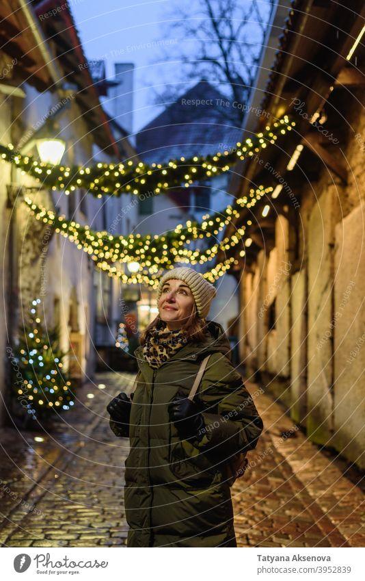 Touristin in Tallinn, Estland Frau reisen Architektur alt Stadt Großstadt im Freien Person Urlaub Lifestyle Nur für Erwachsene Tourismus urban laufen Europa