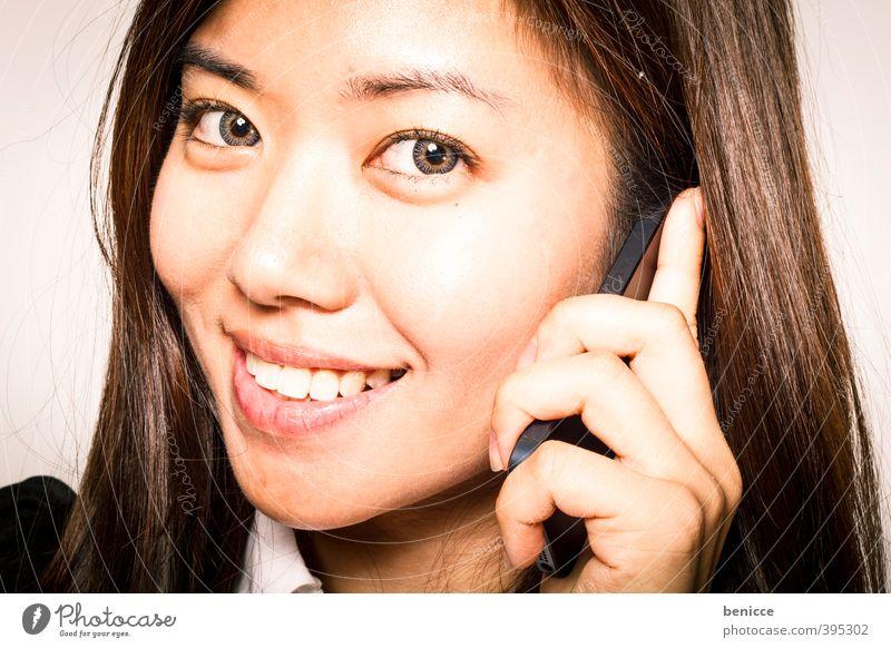 Hello Frau Mensch Telefon Handy Lächeln Blick in die Kamera Zähne Iphone Asiate Chinesisch Business Geschäftsfrau Nahaufnahme Werkstatt Freisteller Porträt