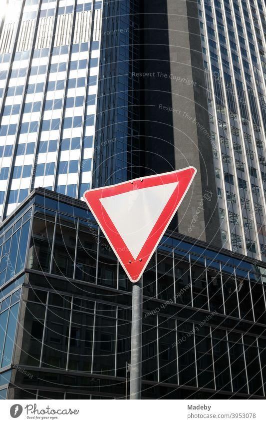 Dreieckiges Verkehrszeichen Vorfahrt gewähren in der Neuen Mainzer Straße vor dem Eurotower im Sommer bei Sonnenschein in Frankfurt am Main in Hessen