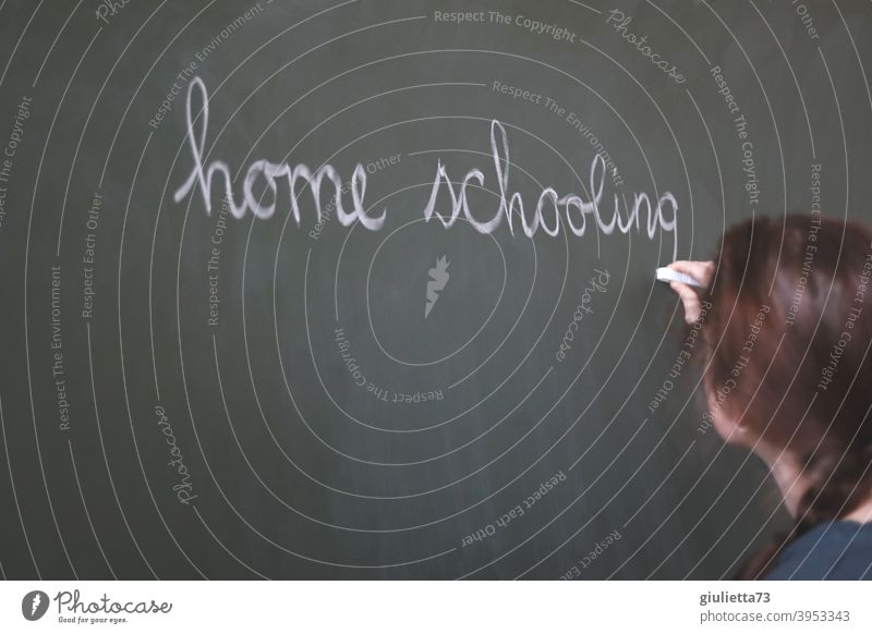 corona thoughts | Home schooling nervt... | Lehrerin schreibt mit Kreide an die Tafel Homeschooling Schule Klassenraum lernen Bildung grün Farbfoto