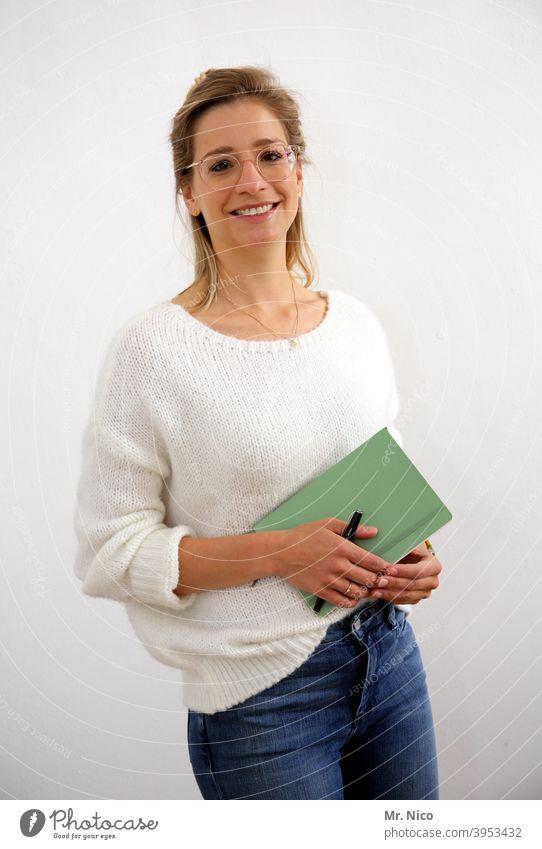 business portrait notizblock Notizbuch Geschäftsfrau langhaarig blond Studentin Brille Lächeln selbständig online Studium Quarantäne studieren Lifestyle