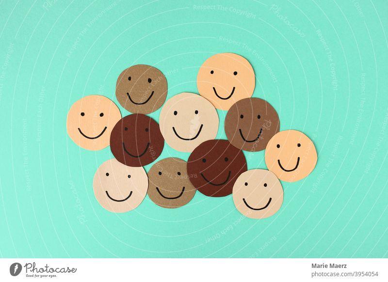 Diversität - Lachende Gesichter in verschiedenen Hautfarben Smiley lachen fröhlich Gemeinschaft positiv Freundschaft Toleranz Grafik u. Illustration