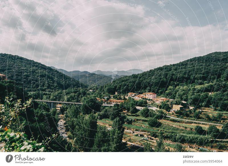 Berge von Sadernes an einem bewölkten Sommertag in Spanien girona spanien sadernes Katalonien grün Natur Holz Schönheit blau hell Cloud Laubwerk Straße Felsen