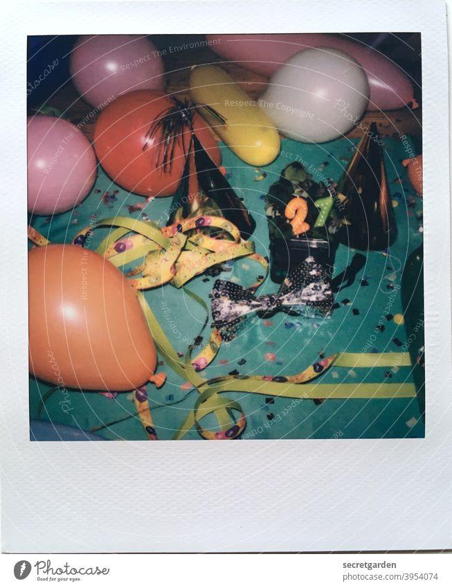 Nach der Party ist vor der Party. analog Glücksbringer Glücksklee Partyraum Partystimmung Partyhut Freude hütchen Lebensfreude Luftballon Tisch 21 kerzen