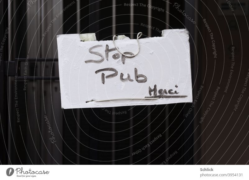 Handgeschriebenes Schild Stop Pub Merci bitte keine Werbung an Eisengitter vor Haustür Schilder & Markierungen französisch Schrift Text Nahaufnahme