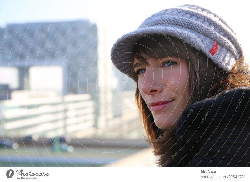 Schöne Aussicht Accessoire Frau Porträt feminin Mütze Bekleidung Lifestyle natürlich Wollmütze kalt Ausstrahlung langhaarig Gesicht Wetter Blick Neugier