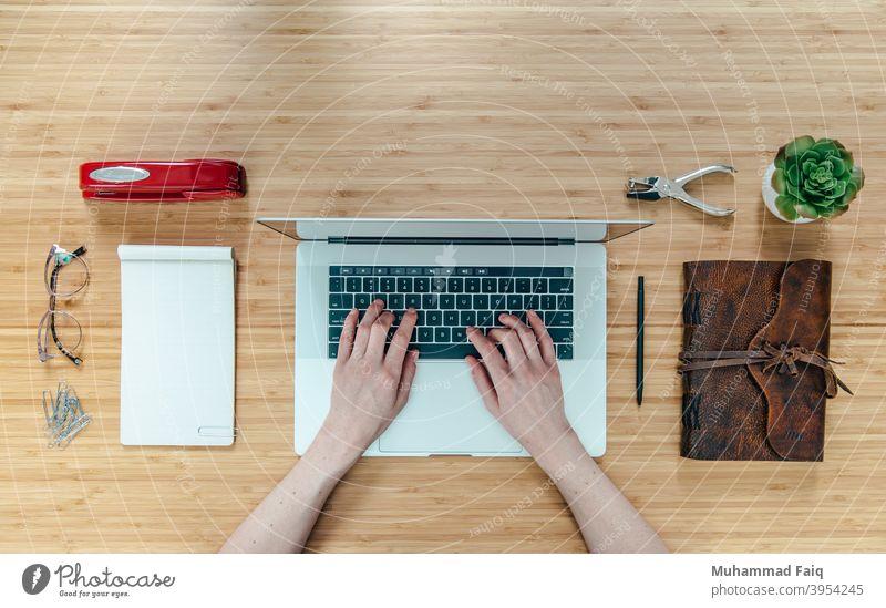 Schreibtisch Büro Arbeitsbereich Flatlay Foto Business arbeiten Arbeitsplatz Person Laptop Computer modern Mann im Innenbereich online Menschen Sitzen