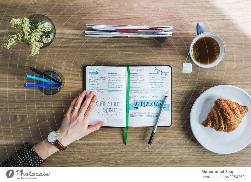 Morgen Journal Foto Arbeitsbereich weiß Becher Textfreiraum Tisch Heißgetränk trinken frisch heiß Frühstück Tasse Plan Tagebuch Kaffee hölzern im Innenbereich