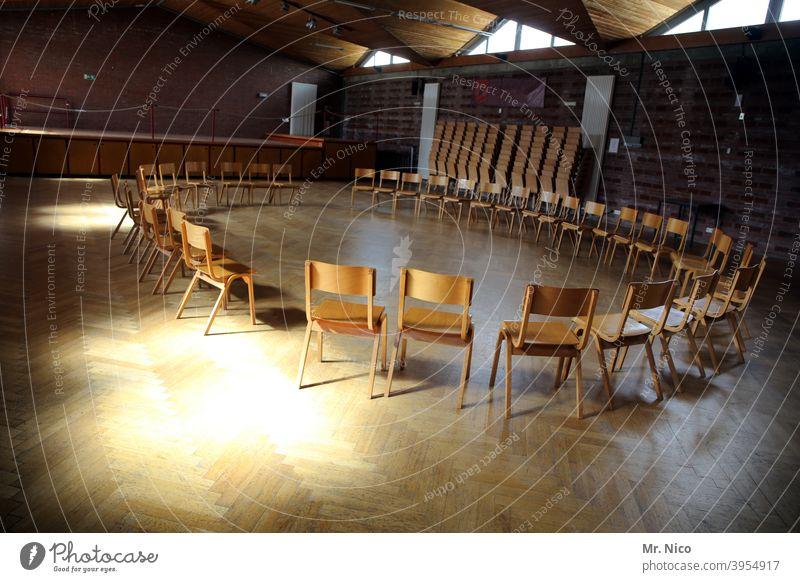 Stuhlkreis stühle leer Stühle Sitzgelegenheit Möbel Platz Saal Raum Sonnenlicht Versammlung Gebäude Parkett frei Schatten Therapie stuhlreihe schulungsraum