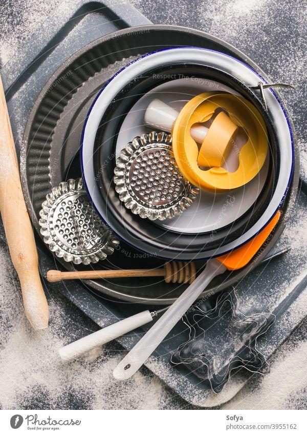 Backen Werkzeuge und Zubehör. Weihnachten dunkler Hintergrund backen dunkel Mehl Lebensmittel Kuchen Büchse Schimmel Vorbereitung Stillleben Winter schwarz