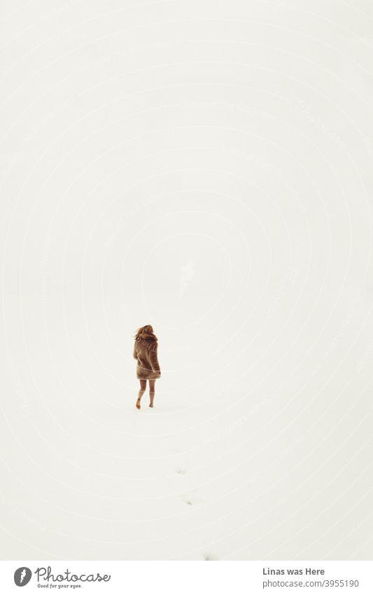 Alles ist weiß, alles ist hell. Endlose Schneefelder sind alles, was man am Winterhorizont sehen kann. Und ein barfuß laufendes Mädchen in der Wildnis. Bekleidet mit braunem Fell und ohne Hose, hinterlässt sie ihre Spuren im kalten Schnee.