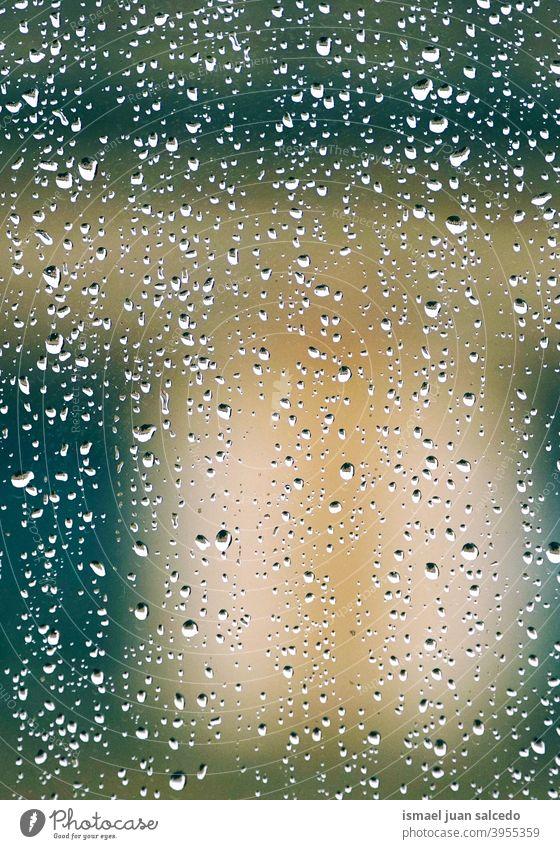 Regentropfen auf dem Fenster an regnerischen Tagen Tropfen Wasser nass abstrakt Hintergrund texturiert Lichter farbenfroh Straße im Freien Farben hell